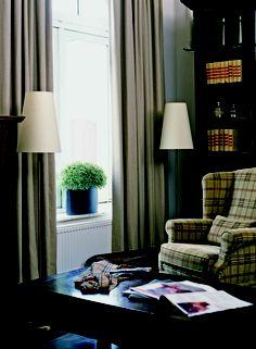 Klassiek en warm interieur met gordijnen.