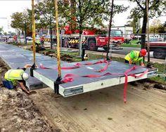 La technologie de a première route solaire est assez résistante pour permettre le passage de poids-lourds et de voiture.