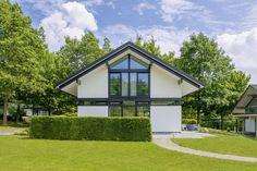 Conheça esta casa pré-fabricada em estilo enxaimel, que esba…