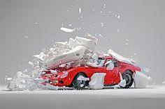 Fabian Oefner hat in diesen Bildern Momente geschaffen, die es so nie gegeben hat. Er hat Modellautos genommen und sie in all ihre Einzelteile zerlegt. Dann hat er Hunderte von Fotos gemacht, in denen er die einzelnen Teile platziert hat. Am Ende konnte er