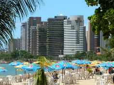 CEARÁ - capital e cidade Fortaleza - Praia do Meirelles - It is the most frequented by tourists during the night.  It is beautiful in every way, wooded with coconut trees, and has a plethora of kiosks, bars, restaurants and hotels elegant and sophisticated. Ideal for sunbathing or evening stroll. That's where we find the Craft Fair of the Beira Mar. It is a fair with over 600 stalls, craft only.