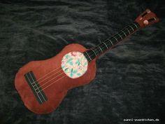 """originelles Kissen """"Ukulele"""", UNIKAT  Wenn Du ein ausgefallenes und dekoratives Kissen suchst, dann ist dieses genau richtig: ein kleines Kissen in Form einer Ukulele. Es ist aus einem festen Samtstoff genäht.  Materialien: Samt: 100% Baumwolle Füllung: Polyesterwatte  Tags: #Ukulele, #Gitarre, #Kissen, #Samt, #Baumwolle, #Dekokissen, #Deko, #Gitarrenkissen"""