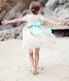 Phantasie Moo Moo - Custom Blumenmädchen Kleid Example (gesehen hier in Blush mit Türkis-Schärpe)