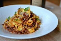 Découvrez la vraie recette des pâtes à la bolognaise comme en Italie et faite maison. Tous les secrets pour réussir cette recette mythique.