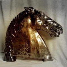 Głowa konia. Szamotowa rzeźba wykonana ręcznie, szkliwo przypominające brąz