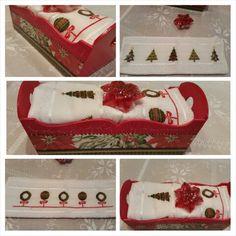 Budinera con decoupage de diseños navideños y dos toallas de mano blancas bordadas en punto cruz con diseños navideños