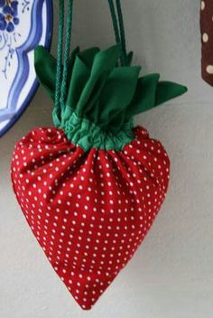 a strawberry bag! little girls would love the # strawberry bag # … - DIY Clothes Jeans Ideen Fabric Crafts, Sewing Crafts, Sewing Projects, Sewing Ideas, Diy Projects, Sewing Diy, Bags Sewing, Sewing Clothes Women, Diy Clothes