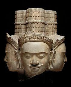 Tête de Brahma. Phnom Bok, province de Siemreap. Style du Bakheng, fin IXe - début Xe siècle, grès. Musée Guimet, Paris.