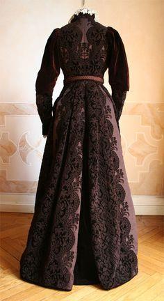 1889 back - Cas in full dress in brown silk velvet. ____ (translated from Italian by Google) robe
