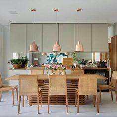 """1,634 curtidas, 11 comentários - Inspiração e decoração (@inspiracaoedecoracao) no Instagram: """"Gente o que é isso ?? 😱sala de jantar bafo!! Destaque para os pendentes cobre e mesa e cadeira…"""""""