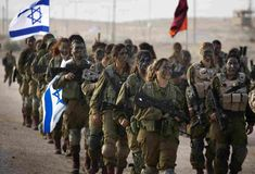 Israel Seen - Israeli women soldiers training to fight. Israeli women training to deploy on the frontline against ISIS in the Sinai desert Idf Women, Military Women, Military Fashion, Military Outfits, Military History, Israeli Female Soldiers, Women In Combat, Jesus Cristo, Lets Dance