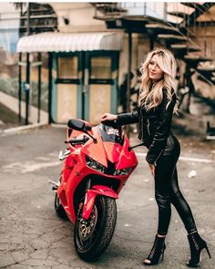 💋🚴♀Adventure girl looking for a motorcycling adventure? Scooter Motorcycle, Motorbike Girl, Motorcycle Girls, Motorcycle Helmets, Lady Biker, Biker Girl, Ride Out, Leder Outfits, Biker Chic