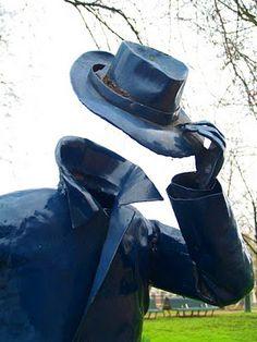 Man met vioolkist in het Tweede Marnixplantsoen. Dit beeld werd hier zomaar op een nacht in 1982 geplaatst. Kunstenaar anoniem. Man, Riding Helmets, Amsterdam, Sculptures, Night
