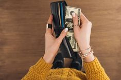 Have you ever wondered if it's possible to feng shui your wallet? Here are some quick and easy tips to help you feng shui your wallet and purse. Feng Shui And Money, Feng Shui Wealth, Feng Shui Rules, Feng Shui Tips, Feng Shui Your Wallet, Create A Shopping List, Shopping Lists, Feng Shui Your Bedroom, Screen Time For Kids
