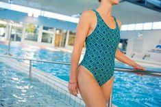 """Le maillot de bain Moé est un maillot """"une pièce"""" à la coupe sportive et dégagée. Cousez-vous même votre propre maillot pour aller nager à la piscine ou à la mer !  Taille : du 34 au 46.  PDF à télécharger et à imprimer. One Piece, Swimwear, Fashion, Swimming, Sewing Lessons, Athlete, Sewing, Boss, Human Height"""