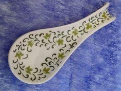 Apoio de colher - Studio Seramik Pottery Painting, Ceramic Painting, Ceramic Art, Pottery Classes, Spoon Rest, Spoons, Tea Set, Sculpture, Decoration