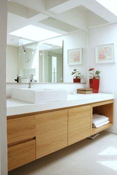Scandinavian Bathroom, Teak, White Marble. me gustan las puertas de los armarios, una madera clara y elegante.