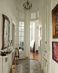 Techos altos. Puertas con cuarterones transparentes.Casa Chaucha