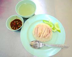 ピンクのカオマンガイ 肉は小さいけどプリプリだし ご飯にだしがしっかり効いてるし やっぱりおいしい . . . #thailand #bangkok #khaomangai #thaifood #foodie #chicken #タイ #バンコク #カオマンガイ #ピンクのカオマンガイ #タイ料理 #旅  #世界のごはん