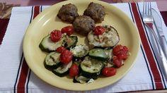 Zvířatkový den - kuličky z mletého masa, strouhaný balkánský sýr, koření, vajíčko. Péct na pečícím papíru. Jako příloha pečená zelenina s balkánským sýrem (taky v troubě na pečícím papíru.