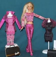Fashion Designer Barbie 2000 - The last Barbie I owned. She featured a modern new look which included larger hips and a tiny waist. I remember being annoyed that her clothes didn't fit my other Barbies! Barbie 2000, Barbie I, Barbie World, Barbie Stuff, Tiny Waist, Girls Characters, Diy Doll, My Childhood, Fashion Dolls