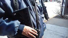 <p>Cuauhtémoc, Chih.- Un oficial de policía está detenido tras haber reaccionado a una agresión de dos hombres que armados se metieron