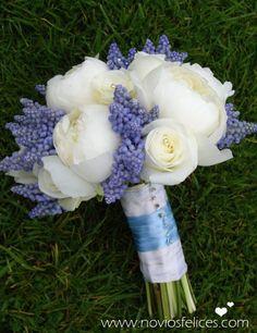 Elegante ramo de novia con peonias blancas, rosas blancas y muscari azul adornado con pins de cristal