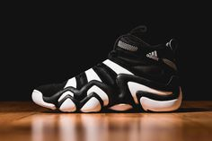The adidas Crazy 8 is now back in its original black/white colorway. Kobe Bryant's first signature from his time with adidas, the Crazy Mens Fashion Shoes, Sneakers Fashion, Shoes Sneakers, Men's Fashion, Jordans Retro, Tenis Retro, Nike Inspiration, Mochila Adidas, Nike Motivation
