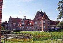 Ulstrup Slot, Jylland - Ulstrup Slots historie går tilbage til 1300-tallet, hvor det tilhørte Jens Brandsen, og har senere bl.a. været ejet af Dronning Margrete 1., og en gren af slægten Skeel. De ældste dele af den nuværende bygning er fra omkring 1590, men hovedparten af anlægget i renæssancestil, med de ottekantede hjørnetårne blev bygget 1615-1617