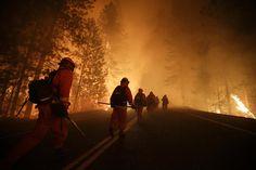 Detentos servindo como bombeiros se preparam para combater um grande incêndio perto do Parque Nacional de Yosemite, na Califórnia, EUA, em agosto.