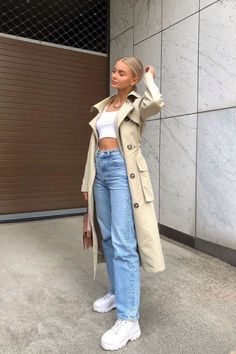 35 Ways to Style Jeans - How to wear Mom jeans, Straight leg jeans and baggy jeans in Latest fashion trends for 2020 everyone must know about. 4 ways to style jeans for every season. Mode Outfits, Jean Outfits, Fall Outfits, Street Fashion Outfits, Jeans Fashion, Mode Monochrome, Mom Jeans Outfit, Overalls Outfit, Outfits With Mom Jeans