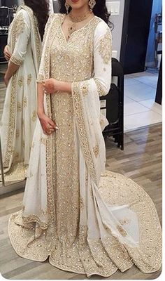 Not always the biggest fan of white south asian bridal outfits (I much prefer the traditional red), but this is lovely Pakistani Wedding Dresses, Pakistani Outfits, Indian Dresses, Indian Outfits, Wedding Sarees, Desi Wedding, Indian Wedding Outfits, Red Lehenga, Lehenga Choli