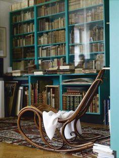 Color for the book shelves? En sliten Thonetgungstol från Wien sitter ingen i, men den är en vacker form i hörnrummet. Drapera...