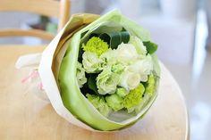 ナチュラルカラーのブーケ風花束 白バラ・グリーンカーネーション・トルコギキョウを使用しています