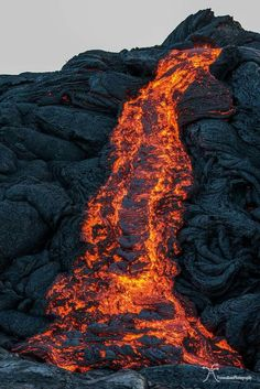 Photography of Volcano and Molten Lava Hawaiian Art, Lava Flow, Wild Nature, Jolie Photo, Natural Phenomena, Photo Reference, Ocean Waves, Natural Wonders, Amazing Nature