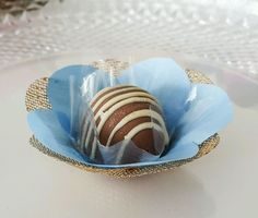 Forminhas F1T1C Azul Claro e Dourada  Forminha em tecido para doces finos.  Camélia 5 pétalas.    Dimensão do produto: 8 cm  Fundo 3 cm    Duas camadas.    COR:  Tela: Dourada  Cetim: Azul Claro    Doce não incluso.
