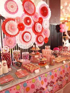 Mesa de postres de fiesta Hello Kitty. #MesasDePostres #FiestasInfantiles