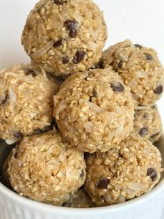 Steel cut oatmeal energy bites are an easy 5 ingredient healthy treat to make Satisfy that late afternoon hunger with these simple delicious no bake energy bites made with wholesome steel cut oats coconut honey peanut butter and chocolate chips Protein Snacks, Protein Bites, Diet Snacks, High Protein, Oatmeal Energy Bites, No Bake Energy Bites, Energy Balls, Power Balls, Oatmeal Bars