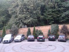 Taki zabawny widok zastaliśmy wychodząc hotelu - rowery samotnie stojące na murku. Okazało się, że stoją na bagażniku dachowym zaparkowanego samochodu.  ;) Ale pamiętaj! Nie musisz przyjeżdżać do naszego hotelu z rowerami. Zawsze możesz je wypożyczyć u nas na miejscu! :)
