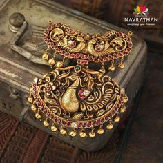 Spotlight Gold Temple Jewellery designs collections at - Navrathan Jewellers Wedding Jewellery Inspiration, Indian Wedding Jewelry, Bridal Jewelry, Antique Jewellery Designs, Antique Jewelry, Jewelry Design, Antique Gold, Ancient Jewelry, Vintage Jewellery