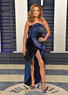 Jennifer Lopez Stuns in Wavy Blue Dress at Vanity Fair's Oscars 2019 Party: Photo Jennifer Lopez looks so stunning at the 2019 Vanity Fair Oscar Party! The singer and boyfriend Alex Rodriguez coupled up for the event held at the… Fashion Moda, Star Fashion, Look Fashion, Red Carpet Dresses, Blue Dresses, Prom Dresses, Formal Dresses, Winnie Harlow, Party Looks