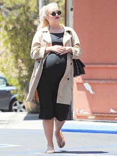 A baby bumpin' Ashlee Simpson embellished an adorable pregnancy look with funky color-blocked sunnies 'n' a deep red lip!
