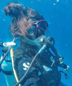Betibetibam (@bettyabarca) Underwater Hair, Women's Diving, Diving Wetsuits, Scuba Girl, Womens Wetsuit, Sea And Ocean, Snorkeling, Surfing, Diving Videos