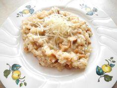 Das perfekte Risotto mit Pfifferlinge - Risotto con finferli-Rezept mit einfacher Schritt-für-Schritt-Anleitung: Die Zwiebel schälen und fein hacken. Die…