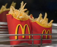 Top chef reveals his recipe for making McDonalds-style French fries at home HOMEMADE McD's FRIES. Top chef reveals his recipe for making McDonalds-style French fries at home. David Myers, the chef and owner of Comme Ca has revealed his secret to making th Potato Dishes, Potato Recipes, French Fries At Home, Best French Fries, Homemade French Fries, Mcdonald French Fries, Mcdonalds French Fries Recipe, French Restaurants, Gastronomia