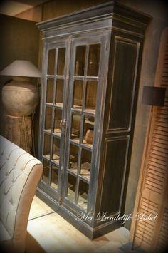 Prachtige buffetkast van teak in oud zwart. Deze kast heeft een unieke en landelijke uitstraling, ook vooral door de kleine ruitjes met geslepen glas en door de 'oude' en 'doorleefde' uitstraling. Deze kast kan in meerdere tinten, zoals: wit, leem, taupe, licht grijs, donker grijs, zand. Ook de binnenkant kan [...]