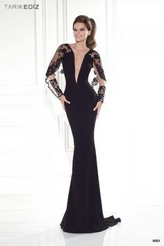 : Vestido de noche en negro, línea sirena y con profundo escote en forma de pico