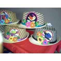Sombreros don detalle de #Molas y flores de tela, listos para ser entregados. Enviamos a cualquier lugar, dentro y fuera de #Panamá #Artesanías #sombreros #Panamá
