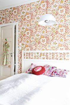 Most beautiful wallpaper ever. From Boråstapeter. Home Decor Bedroom, Diy Home Decor, Clean Bedroom, Scandinavian Wallpaper, Scandinavian Style, Norwegian House, Home Interior, Interior Design, Retro Bedrooms