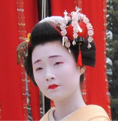 April kanzashi for senior maiko (worn by Mameroku). Mameroku is from Arai okiya which has many original hikizuri, kanzashi and obi. I love the Mameji's (okaasan) taste.